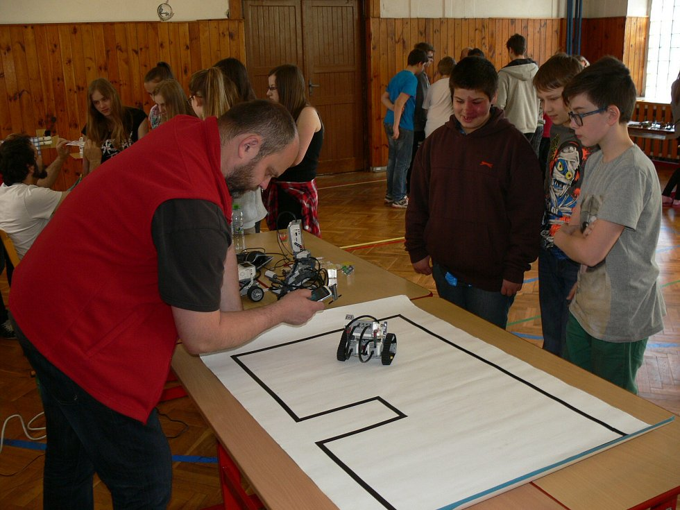 Roboti zaujaly chlapce i dívky. Jeden reagoval na blízké objekty, druhý kopíroval čáru na zemi.