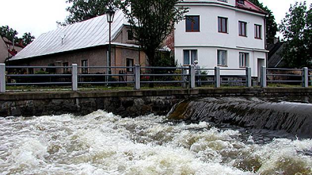 Jindy poklidná Chrudimka se v samém centru Hlinska v těsné blízkosti historické čtvrti Betlém změnila v divokou řeku.