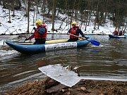 Členové vodáckého spolku Kačeři vyrazili na Mikulášskou jízdu po Chrudimce