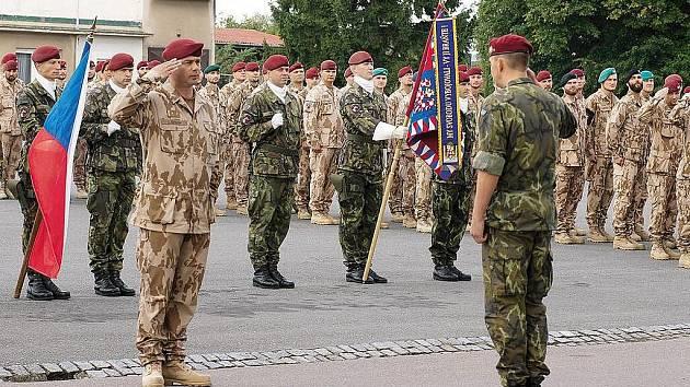 Vojenská jednotka OMLT - Operational Mentoring and Liaison Team se před odletem do Afghánistánu shromáždila na nádvoří kasáren 43. výsadkového mechanizovaného praporu v Chrudimi, jehož příslušníci tvoří šedesát ptocent jednotky.