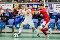 V souboji o první místo v Teplicích se Chrudimi střelecky nedařilo, po porážce 1:2 skončila až třetí. Na snímku Tomáš Koudelka (v bílém) s teplickým Davidem Černým.
