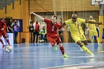 Dotěrnou obranou přiváděl Tomáš Koudelka (v červeném) soupeře k šílenství, navíc vstřelil dva důležité góly.