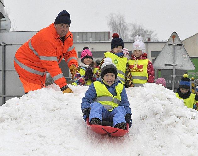 Na hromadě sněhu zvonil dětský sníh.