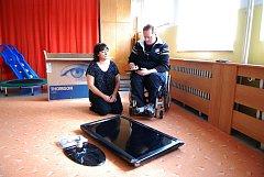 SEČSKÁ ŠKOLKA. Tento týden v úterý po poledni předal Zdeněk Tichý (na snímku na vozíku) spolu s Miloslavem Vojtěchem školce LCD televizor v hodnotě bezmála 13 tisíc korun, který si převzala ředitelka.
