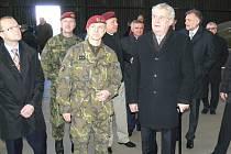 Návštěvu Chrudimi zahájil prezident Miloš Zeman u 43. výsadkového praporu.