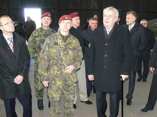 Návštěvu Chrudimi zahájil prezident Miloš Zeman u43. výsadkového praporu.