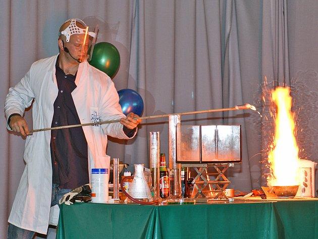 V Základní škole Dr. Jana Malíka vystoupil anglický chemik Michael Londesborough