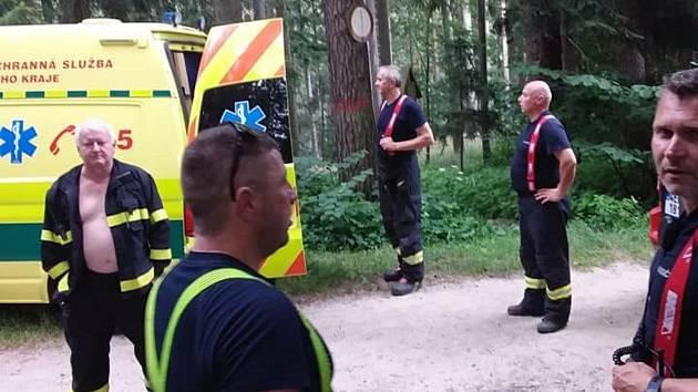 Chlapec spadl ze skály, ve špatně dostupném terénu museli jít hasiči pěšky