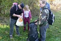 Doubrava bez odpadků: dobrovolníci při čistění části Chittussiho údolí nasbírali dva velké pytle plné nepořádku.