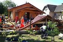 Střecha zavalila muže v Dolním Bezděkově