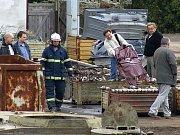 Dolů z jeřábu museli dělníka, který zkolaboval, snést hasiči.