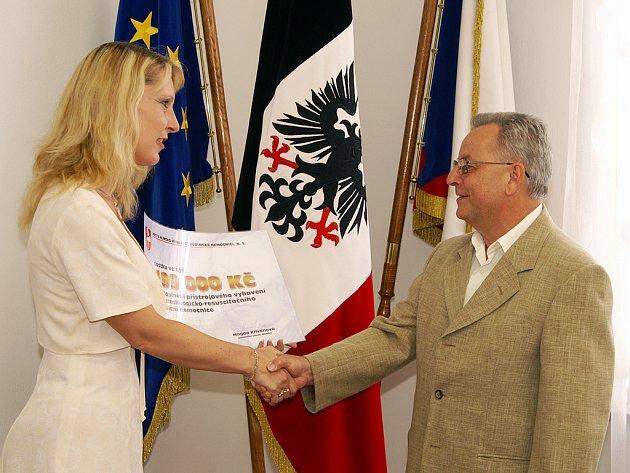 Za Hlinsko předávala šek starostka Magda Křivanová.