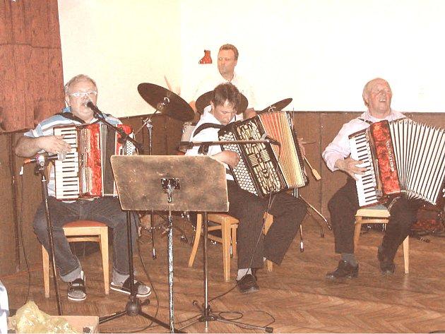 Jarda Klinecký a harmonikáři Daňkovi z Pokřikova dokážou obecenstvo pobavit. Foto: Michal Bříza