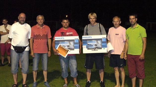 Heřmanoměstecká penalta: Zleva Jiří Pošík, Otakar Kápička (pořadatelé), Milan Kudyn, Michal Radouš (vítězové), Josef Diessl, Jan Bareš (vedení FK Jiskra).