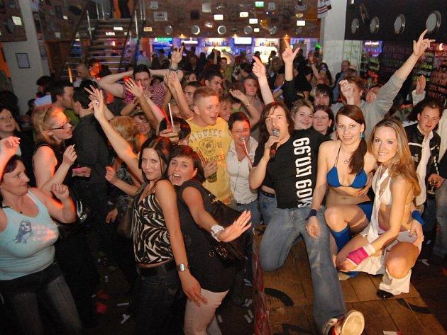 DJ Kofola to opět rozbalil v chrudimském Baraka baru.