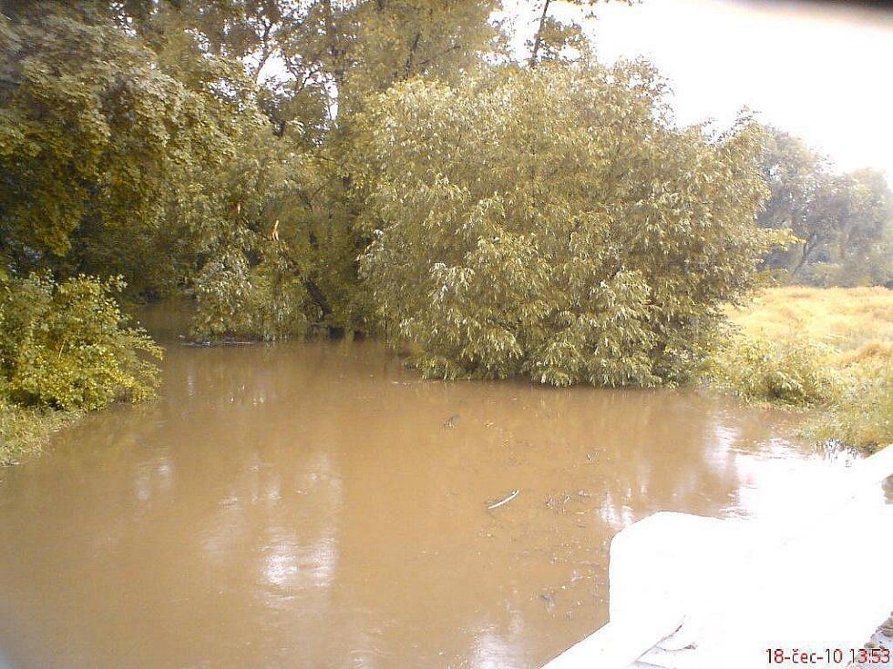 Neděle 18. července v Hrochově Týnci: Fotbalové hřiště, základní škola i sklepy domů jsou pod vodou a silniční doprava odkloněna na Chrast.