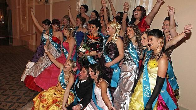 Ples Střední školy zdravotnické a sociální v Chrudimi pobavil studenty i jejich rodiče.