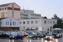 Obyčejnou křižovatku by měla u nemocnice nahradit kruhová.
