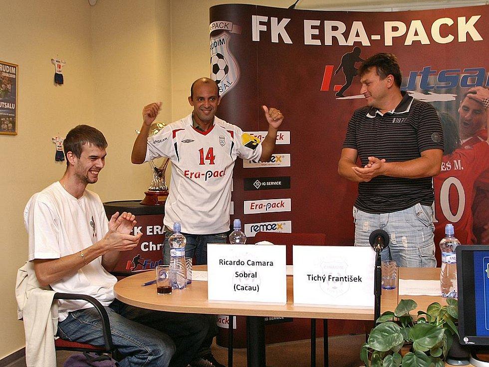 Brazilec Cacau si z rukou prezidenta Era-Packu Františka Tichého (vpravo) převzal dres s číslem 14.