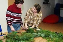 Ženy a dívky z heřmanoměstecka se pod vedením floristky Blanky Machotové učily aranžovat a zdobit adventní věnce.