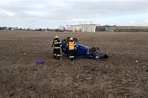 U Chrudimi směrem na Hrochův Týnec ukončil řidič osobního automobilu jízdu v poli na střeše