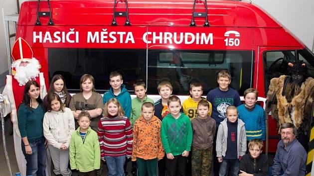 Do kroužku mladých chrudimských hasičů zavítal Mikuláš s půvabnou čerticí s denním předstihem.