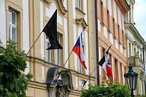 Město vyvěsilo černou vlajku