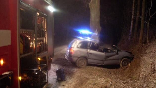 Řidička havarovala nedalko hlinecké sjezdovky. Z auta ji hasiči museli vystříhat.