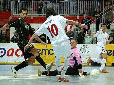 Vítězstvím 3:1 nad Antverpami vstoupili do čtvrfinále UEFA Futsal Cupu futsalisté Era-Packu Chrudim.