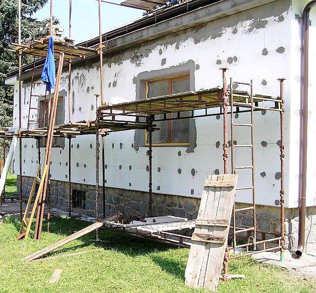 Oprava školy v Běstvině.