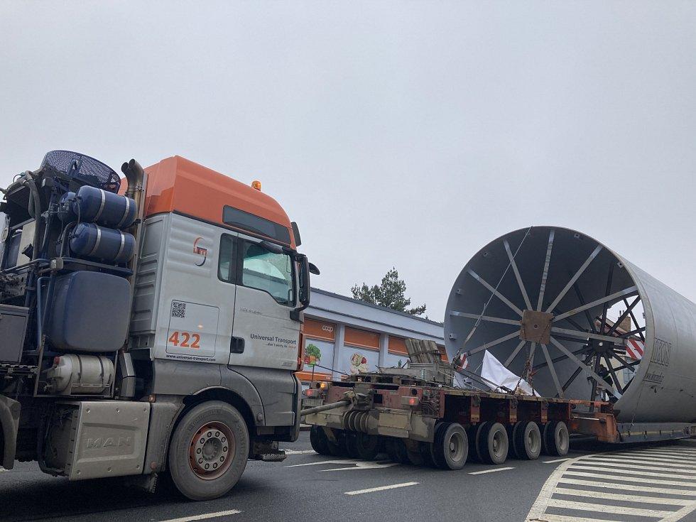 Průjezd obřího transportu přes Poličku, Borovou, Hlinsko, Trhovou Kamenici a Slatiňany do cementárny v Prachovicích
