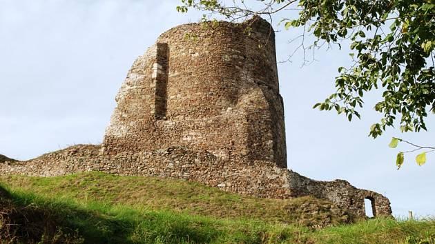 Zaměstnanci Holcimu v rámci firemního dobrovolnictví pomáhají s opravami hradu Lichnice.