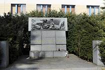 Pomník za Divadlem Karla Pippicha bude přemístěn ke hrobům rudoarmějců na hřbitově u svatého Václava.