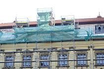 Opravovaná střecha chrudimského Muzea