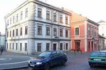 Radnice původně plánovala, že novým sídlem strážníků bude bílý dům v popředí. Jeho stavební stav ale stěhování neumožňuje.