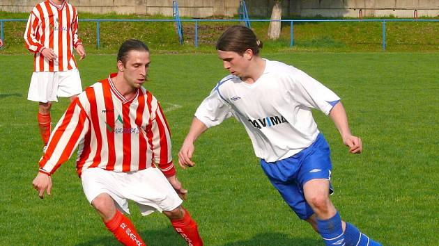 V Třemošnici se Spartaku Slatiňany (v červenobílých dresech) daří. Tentokrát tu zvítězil 2:0.