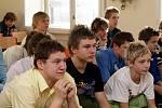 ZNÁMÝ FOTBALOVÝ TRENÉR Vítězslav Lavička zavítal do školy vloni. Studenti se zúčastnili jeho ukázkového tréninku, nechyběla ani krátká beseda.