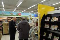 Policisté se v preventivní akci zaměřili na nepozorné nakupující, kteří si důkladně nehlídají své věci.
