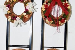"""V TŘEMOŠNICKÉ MĚSTSKÉ KNIHOVNĚ se ve středu konala akce s názvem """"Vánoční aranžování netypického, závěsného adventního věnce"""" pod vedením Blanky Machotové."""