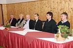S projektem pedagogického lycea se seznámil i předseda ČMFS Ivan Hašek (s mikrofonem), který následně besedoval se žáky. Motivační trénink na umělé trávě AFK Chrudim vedl asistent trenéra české fotbalové reprezentace Luděk Klusáček (druhý zprava)