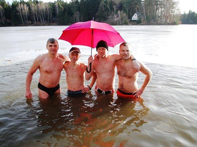 Na Silvestra ve třináct hodin vstoupila nejodvážnější skupina otužilců do vod Pekelského rybníka v Kraskově. Voda měla v tu chvíli pouhé dva stupně Celsia a teplota okolního vzduchu byla kolem šesti stupňů nad nulou.