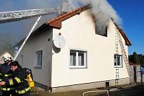 Při požáru rodinného domu v Trhové Kamenici jeden člověk zemřel, další se nadýchal jedovatých zplodin.