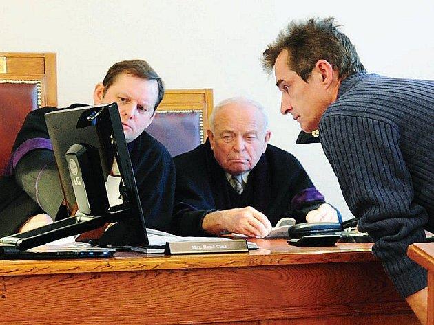 Předseda senátu René Tinz povolává obžalovaného k monitoru počítače a požaduje upřesnění ohledně doby a způsobu pořízení snímků. Na uvedené okolnosti a časová fakta ostatně směřovala většina otázek soudu během včerejšího projednávání případu.