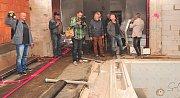 Chrudimští zastupitelé a novináři si mohli před několika dny prohlédnout vnitřní prostory hotelu, jehož rekonstrukce uvázla už před čtyřmi lety na mrtvém bodu. Stejně dlouho už se nepracuje ani na projektu podzemního parkoviště před hotelem. Foto: Deník/M