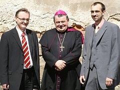 K jednání o opravě kostela se sešli i (zleva) krajský radní Miloslav Macela, královéhradecký biskup Dominik Duka a chrudimský starosta Jan Čechlovský.