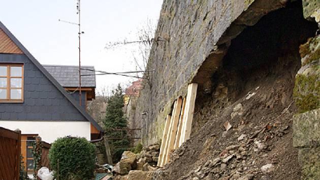 Část sesunuté hradební zdi.