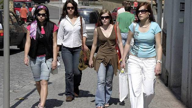 Sluneční brýle jsou nezbytným doplňkem jarně letního šatníku.
