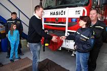 Třemošničtí hasiči mají k užívání nový defibrilátor.
