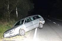 Řidič fordu pod v,livem alkoholu nezvládl otočku a skončil v příkopu.