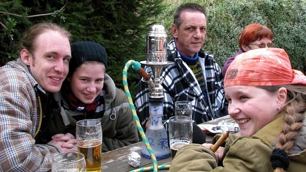 """Tradiční """"Otevírání Pod Drnem"""" odstartovalo v trampské hospůdce v Hoješíně novou sezonu."""